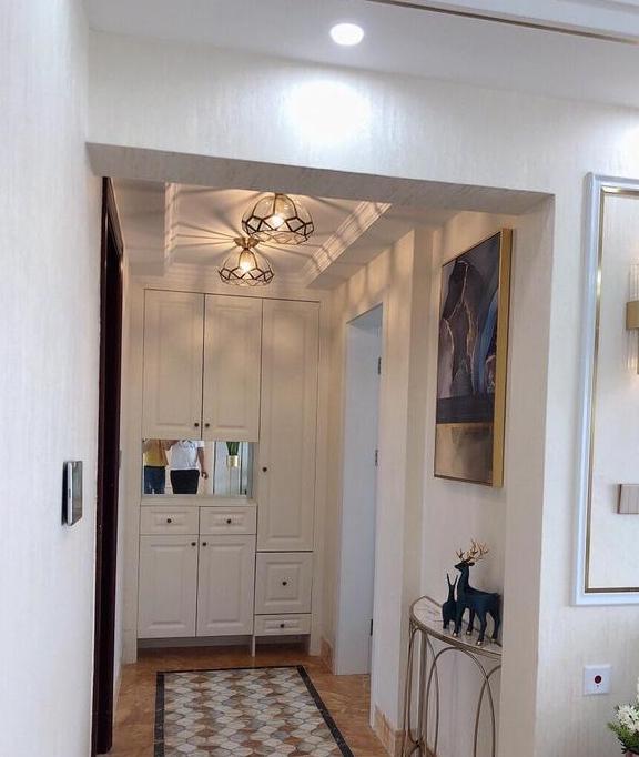 120㎡现代混搭装修案例,客厅线条框和壁灯最亮,简约中带点奢华