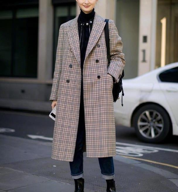 别说,真佩服韩国女生,仅用一条直筒裤,随便一搭就很时髦