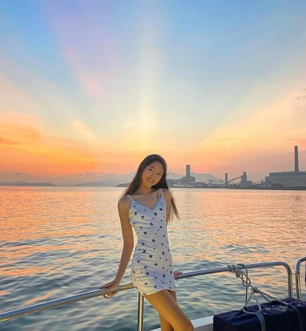 任达华女儿乘游艇出海,16岁比例优越,少女身材不输老妈琦琦
