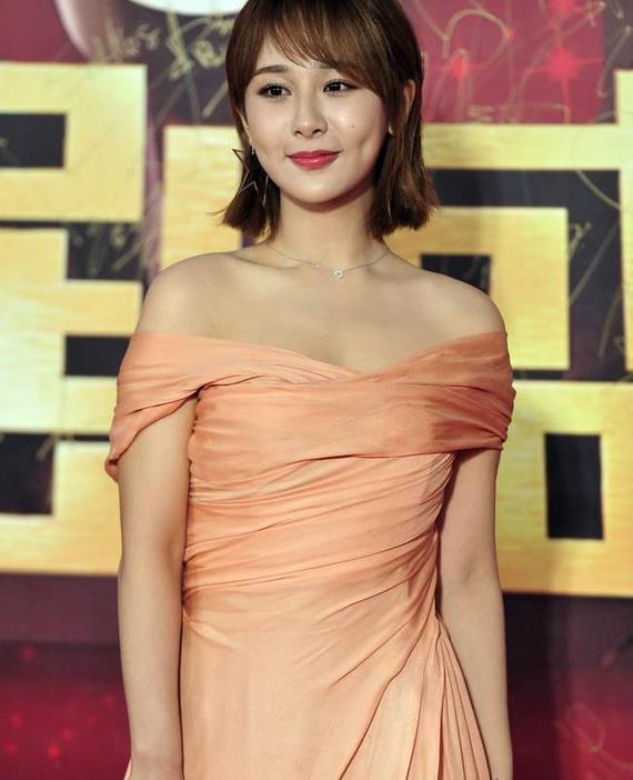 杨紫终于找对风格了,最新写真穿粉色丝绸裙,好一个甜美仙气少女