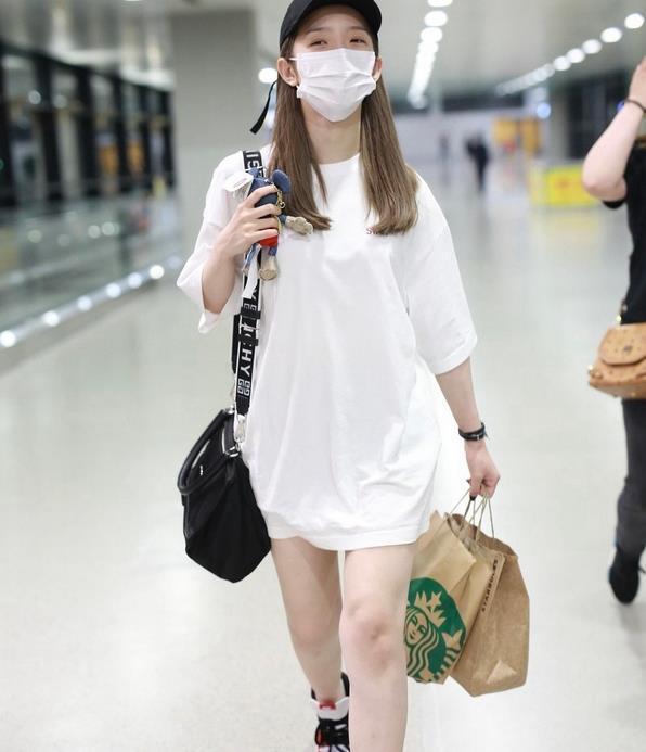 孟美岐现身机场,一身素白的衣服好撩人,男饭都疯了!
