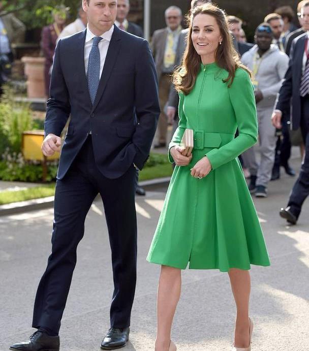 真正大气的女人,入秋后裙子下面不会配靴子,看伊万卡凯特就知道