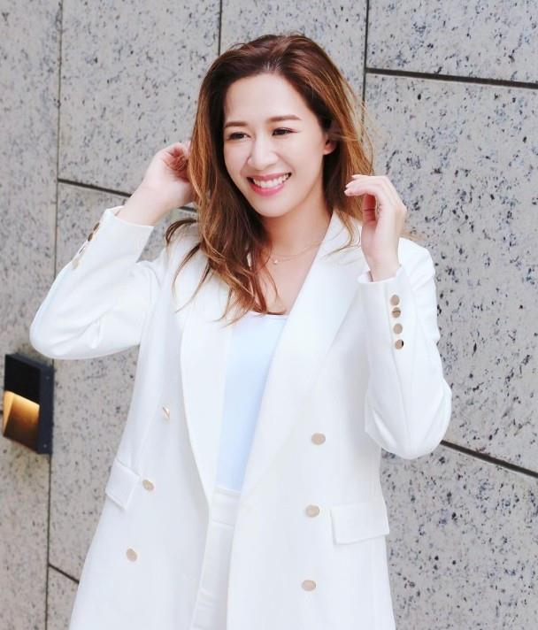 TVB小花岑杏贤与男友签字结婚还与朱千雪等闺蜜戴上友谊手链