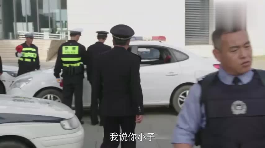 警察锅哥:市区发现枪击案,小伙出警看手机,被师傅训斥