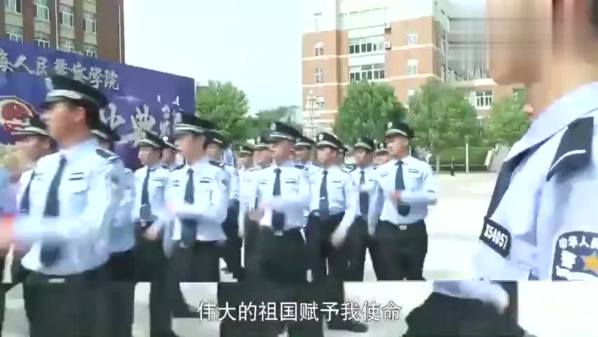 小伙参加毕业典礼,又是最后一个到,班长姐:你又拖后腿