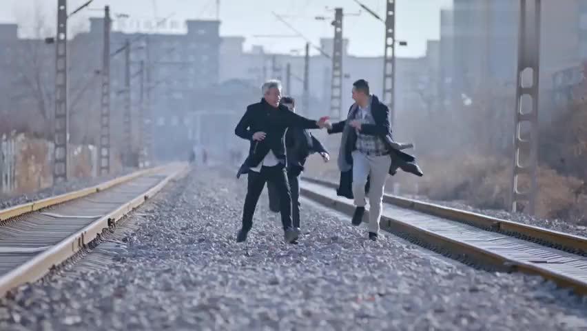 多年后,兄弟三人再次回到当年的铁道上,曾经的豪情壮志也已实现