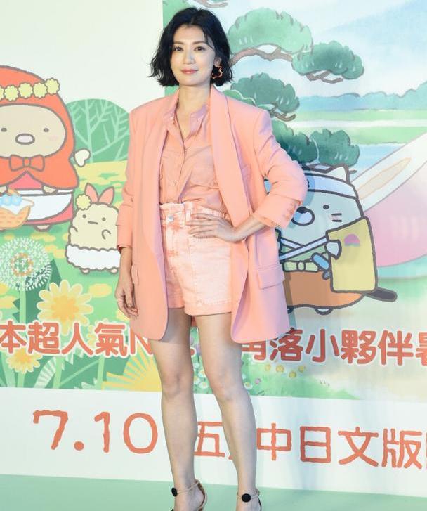 贾静雯时尚感真强,穿一身粉色西装,女人味十足还很减龄