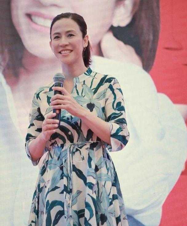 49岁宣萱还单身,穿印花连衣裙配高马尾亮相,状态年轻像35岁