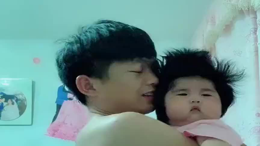 宝宝被爸爸恶搞,一脸的生无可恋,小表情看一次笑一次!