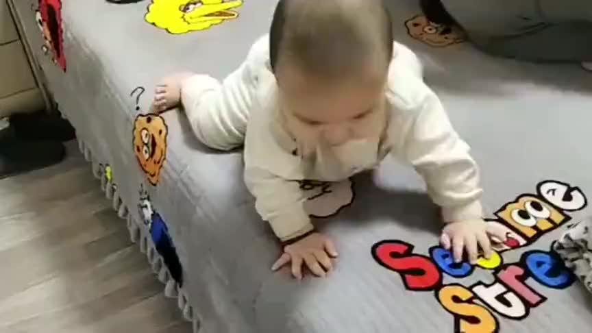 小宝宝亲自示范了一遍下床的程序,爸爸担心坏了