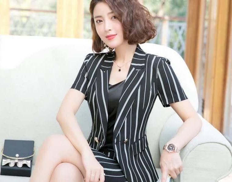 条纹韩版小西装,时尚休闲,穿出苗条好身材