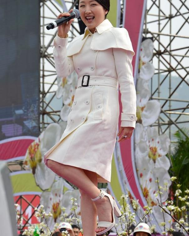 """杨钰莹哪像快五十的模样,穿少女风""""羽毛裙"""",又甜又美太可爱"""