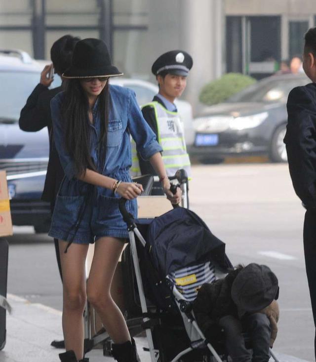陈若仪真是在努力往年轻了打扮,穿衣风格很嫩,但眼袋却暴露年纪