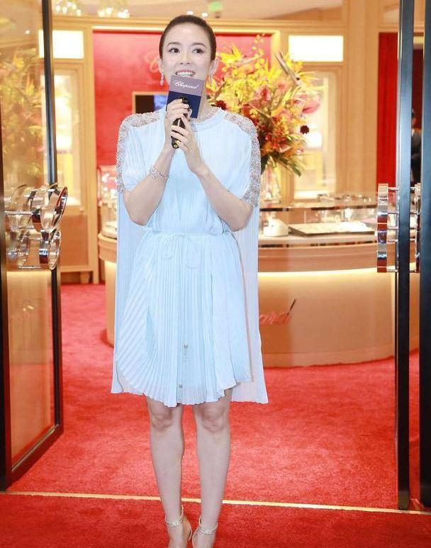 章子怡生二胎都不见老,一袭天蓝色连衣裙配高马尾,优雅又贵气