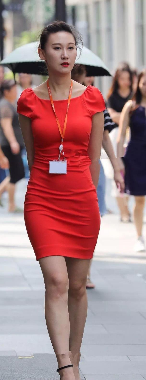 街拍:红色鲜艳连衣裙的职业美女
