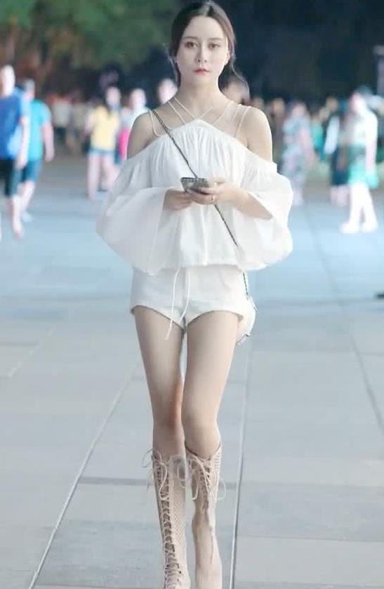 街拍:小姐姐身穿白色连体裤,女神气质一线无疑