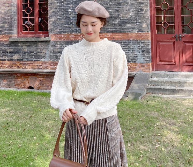 秋季穿搭选纯色系针织衫搭配百褶半裙,基础款也能穿出高级感