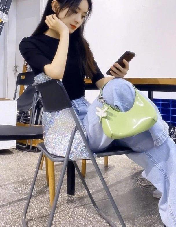 赵丽颖从萌妹变辣妈,娃娃脸也可以时尚炫酷