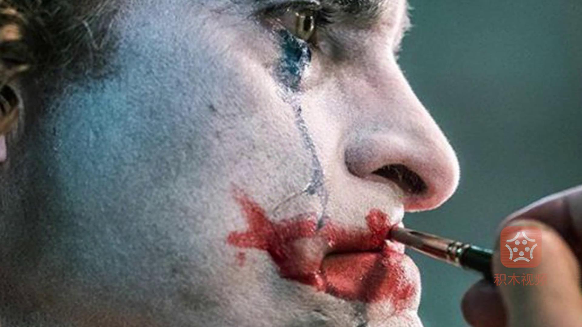 《小丑》上映一周年导演发布新幕后照 杰昆菲尼克斯含泪大笑