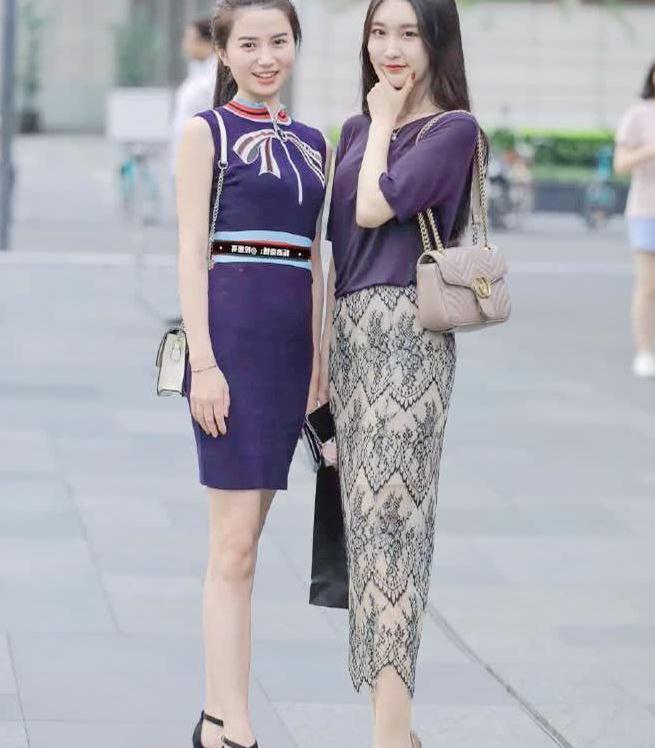 """时尚街拍:小姐姐太会穿了,紫上衣搭""""蕾丝裙""""凸显修长美腿"""