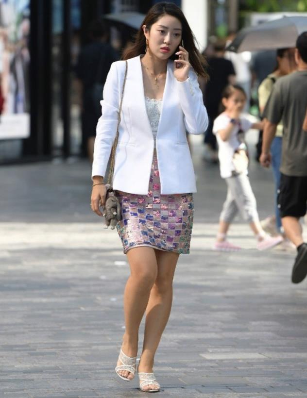 时尚街拍:白色西装搭配亮片包臀裙,小姐姐这穿搭足够吸引人