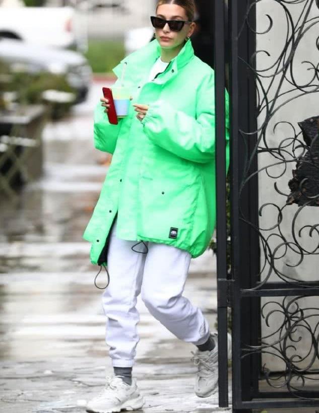 海莉比伯穿荧光绿外套配白色运动裤现身 墨镜遮面行走间气场十足