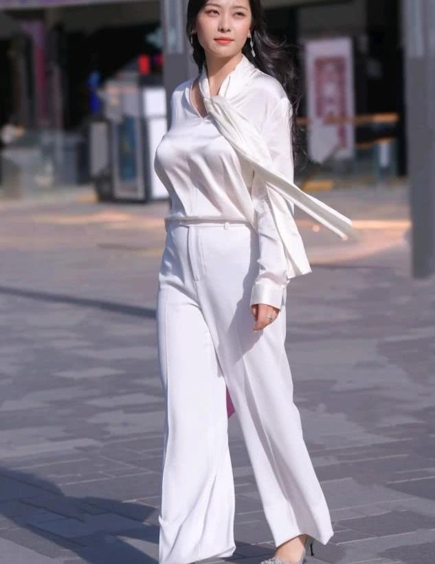 街拍白色阔腿裤套装,时尚大方显气质