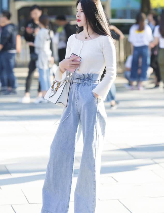 街拍:高颜值的成都小姐姐,穿着的浅色阔腿牛仔裤很帅气!