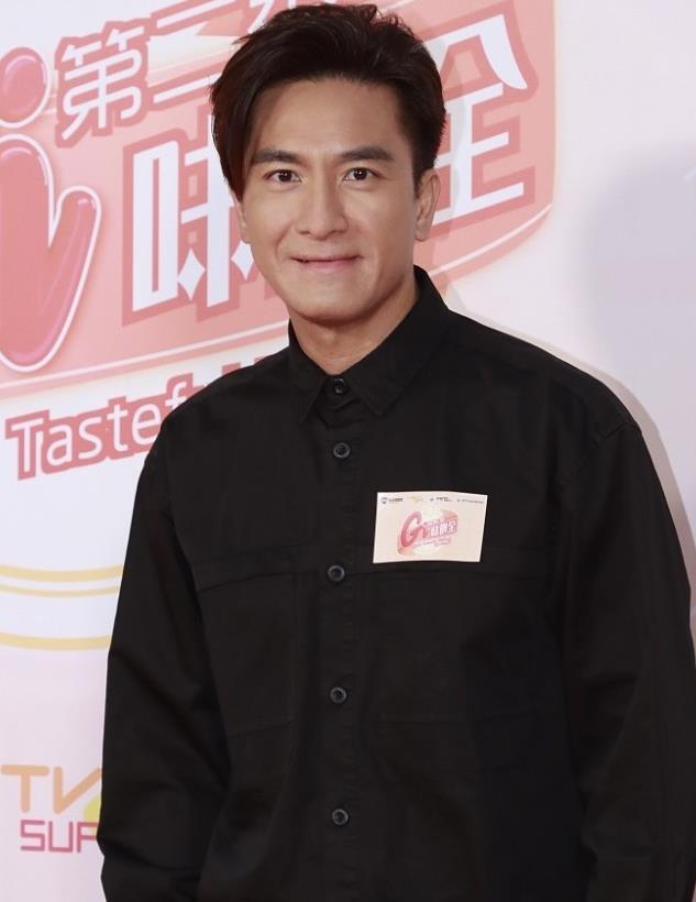 马国明:黑色衬衫水洗牛仔裤 Givenchy帆布鞋帅气型男
