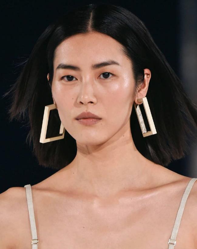 刘雯超模身材不一般,穿吊带连衣裙走秀,甜美造型让人眼前一亮