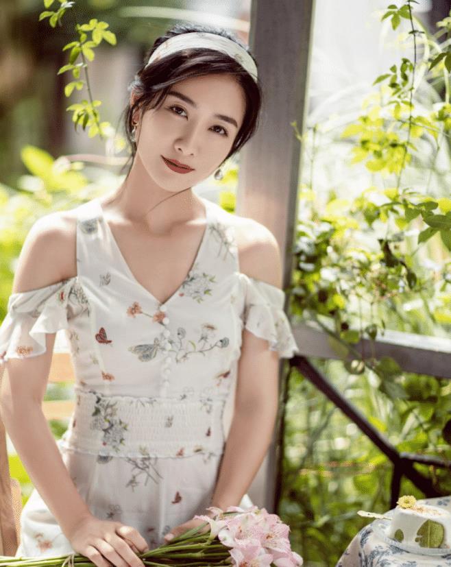 《甄嬛传》开播十年陶昕然风采依旧,穿白色碎花连衣裙,亭亭玉立