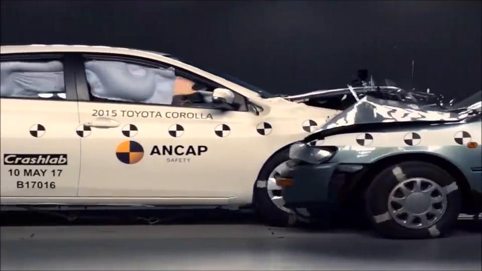 视频:98年丰田花冠和15年花冠碰撞测试,安全性增加不少