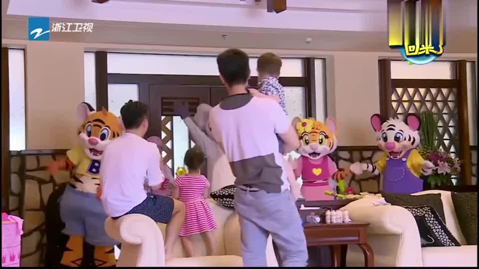 李安琪惊喜出现,奥莉开心的一把抱住妈妈,一家三口团聚啦
