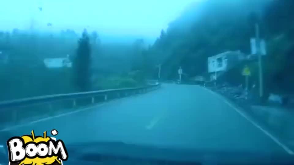 记录仪:弯道突遇侧滑大货车,女司机打方向自救,差点引发事故
