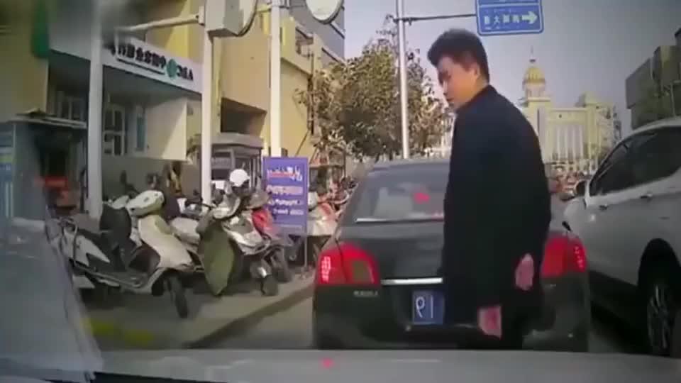 行车记录仪:面对强行别车,女司机轻踩了一下油门!
