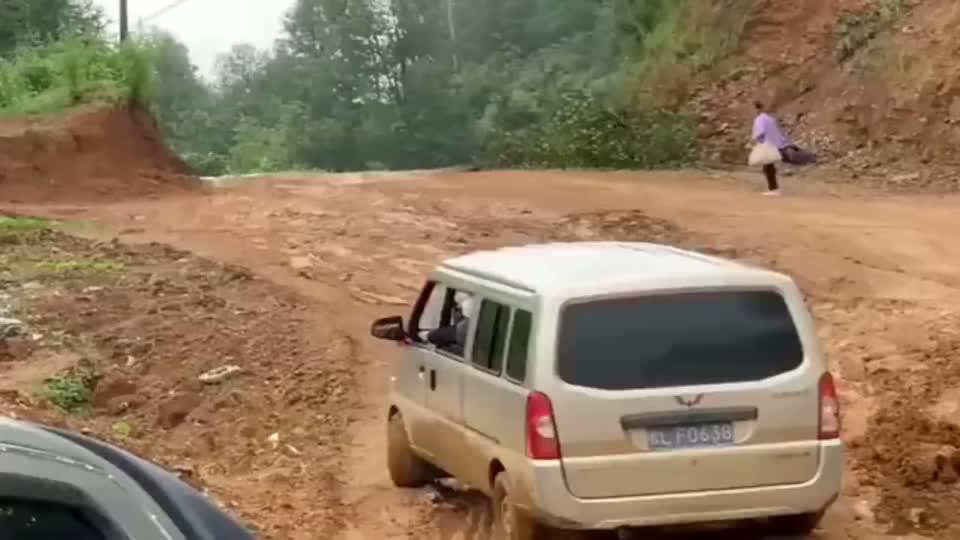 不愧是农村人眼中的神车,五菱宏光遇到了烂泥路秒变大神!
