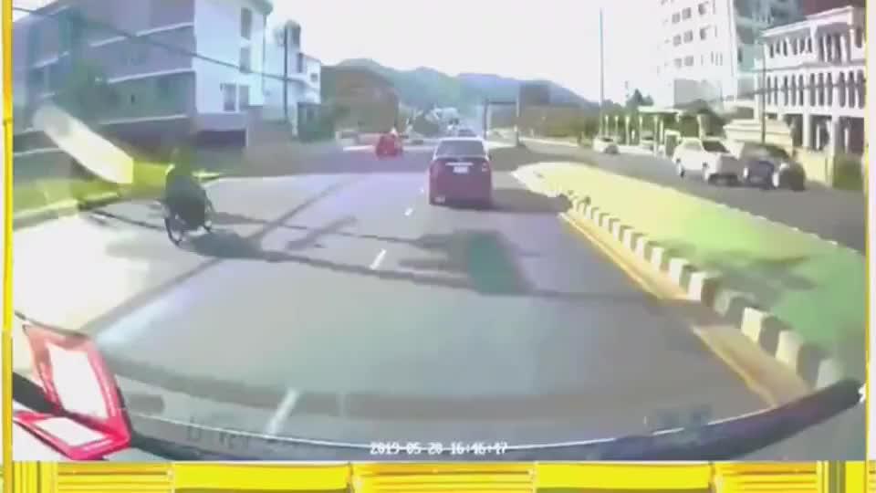 记录仪实拍:太欠揍了,骑摩托车竟然敢跟汽车叫板,路怒症