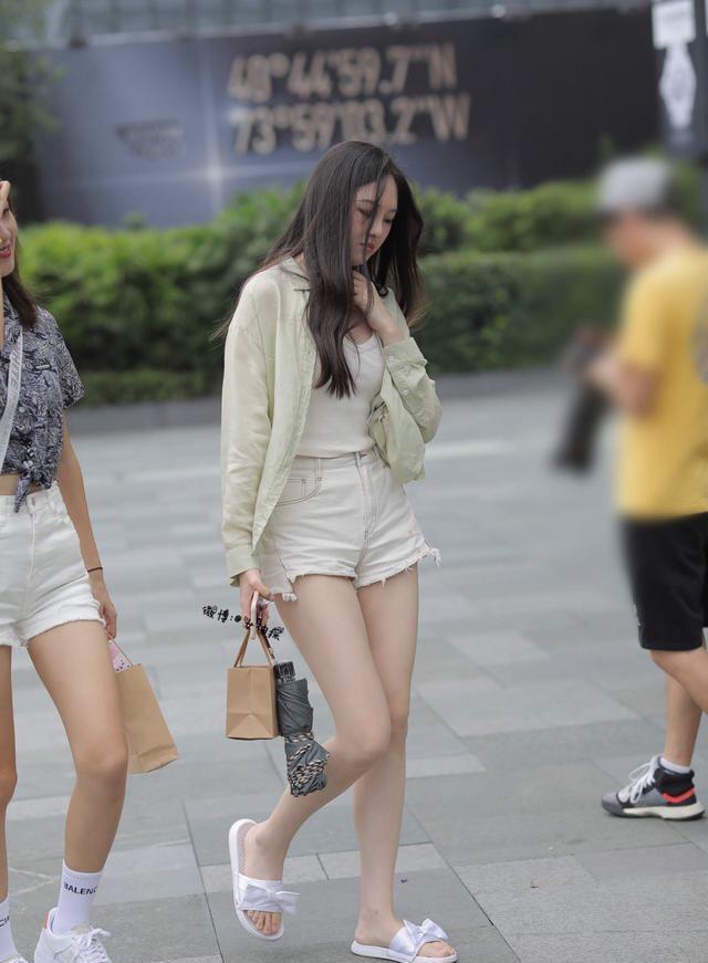 轻盈利落的短裤装扮,让微胖女孩轻松展现青春美