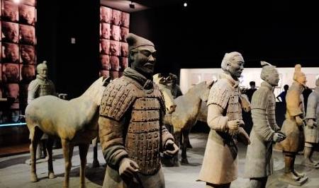 劈开陶俑里面竟然落下累累白骨长叹,秦始皇兵马俑诡异的地方不止这些