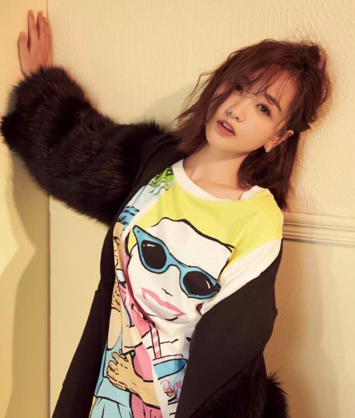 杨蓉又来凹造型,皮草配T恤短裤,这时尚是过冬还是过夏呢?