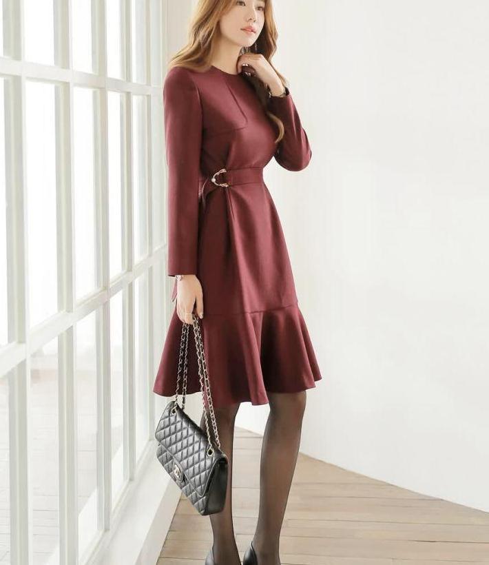 优雅珠链腰带荷叶边连衣裙,开叉设计线条为亮点,既经典又时髦