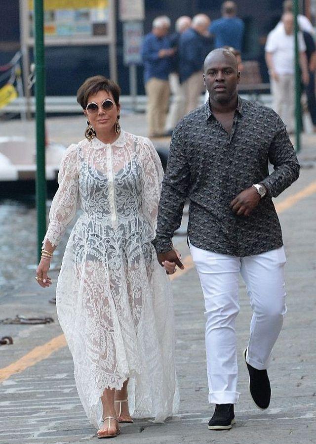 真敢穿!卡戴珊老妈与小男友牵手逛街,穿透视裙秀身材超时尚