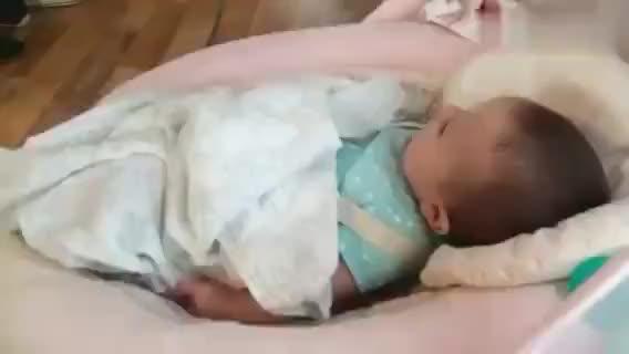 六个月大的宝宝,一大早就不停喊着阿妈阿妈的,萌的心都化了