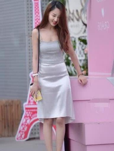 街拍:美女吊带小背心搭白色裙子,青春靓丽,突显好身材