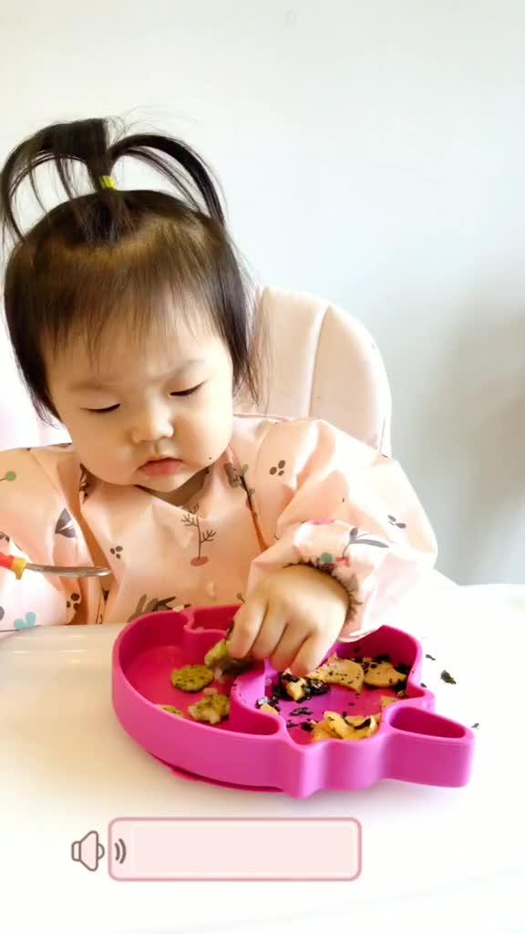 虾饼嘟嘟很爱吃,没吃够的样子闺女宝宝育儿萌宝萌娃小吃货