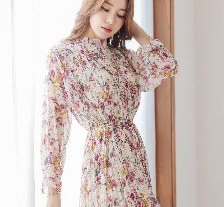 百褶束腰印花雪纺连衣裙,绽放多彩多色,显出浪漫女人的情调