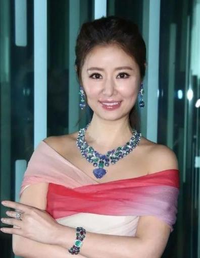 """林心如走""""富婆""""路线 渐变裙搭配3亿多的珠宝项链 优雅奢华"""