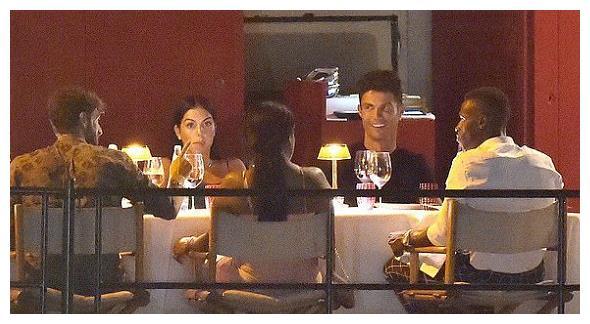 C罗和乔治娜外出聚餐!女友一袭礼服抢镜,外媒透露价格很亲民