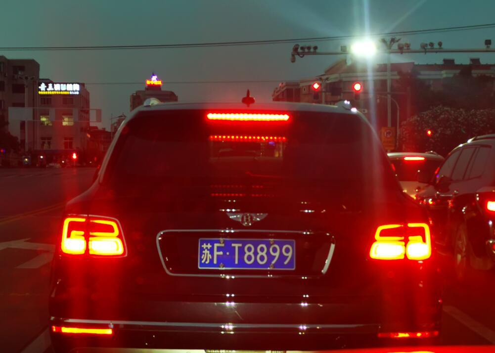 南通通州区街头偶遇宾利添越,尾灯造型充满了奢华感!