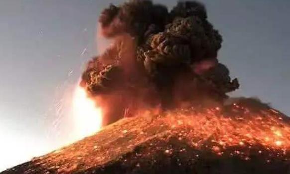 环太平洋带三座火山同时爆发,烟雾缭绕,这是否是地球的警告?
